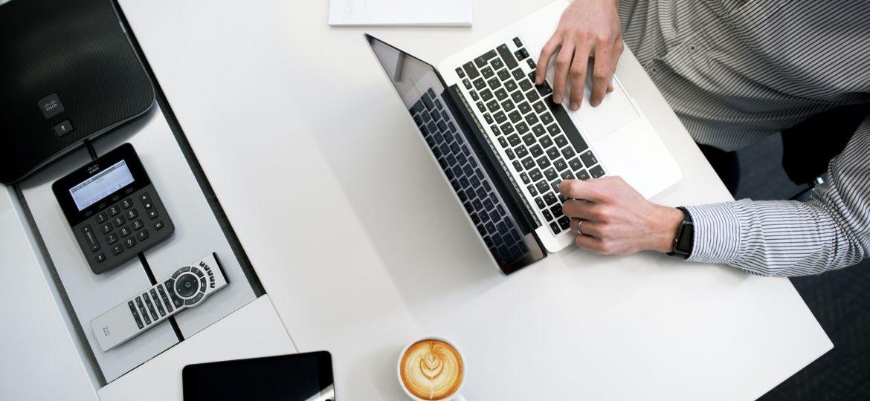 homem-cafe-mesa-notebook-eletronicos