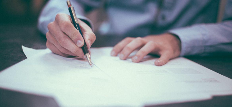homem-caneta-documento
