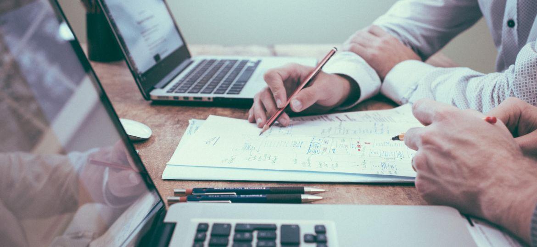pessoas-notebooks-papel-caneta